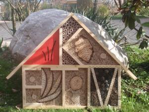 Insektenhaus mit Initialen
