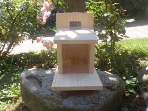 Eichhörnchenfutterhaus zur Befüllung mit Nüssen mit aufklappbarem Dach!