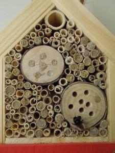 Gefülltes Insektenhotel