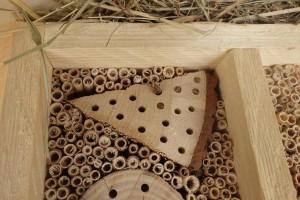 Wildbiene baut gerade ein Nest im Hotel Rustica
